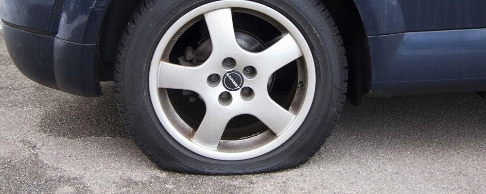 パンクしたタイヤの画像
