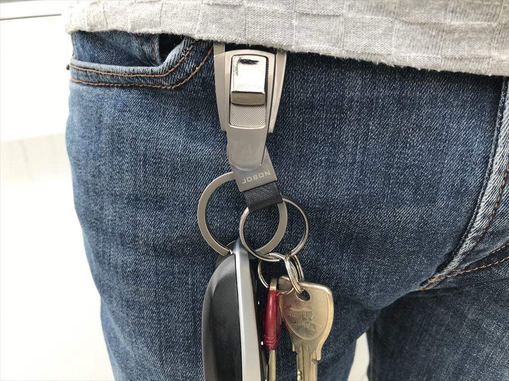ジュリアの鍵をベルトにぶら下げている画像