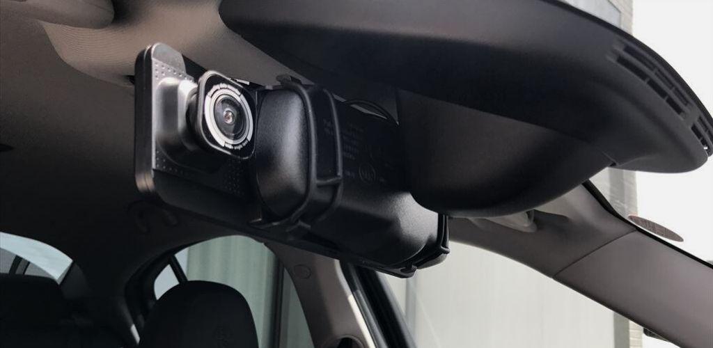 運転席の前から見たドラレコ本体カメラ部