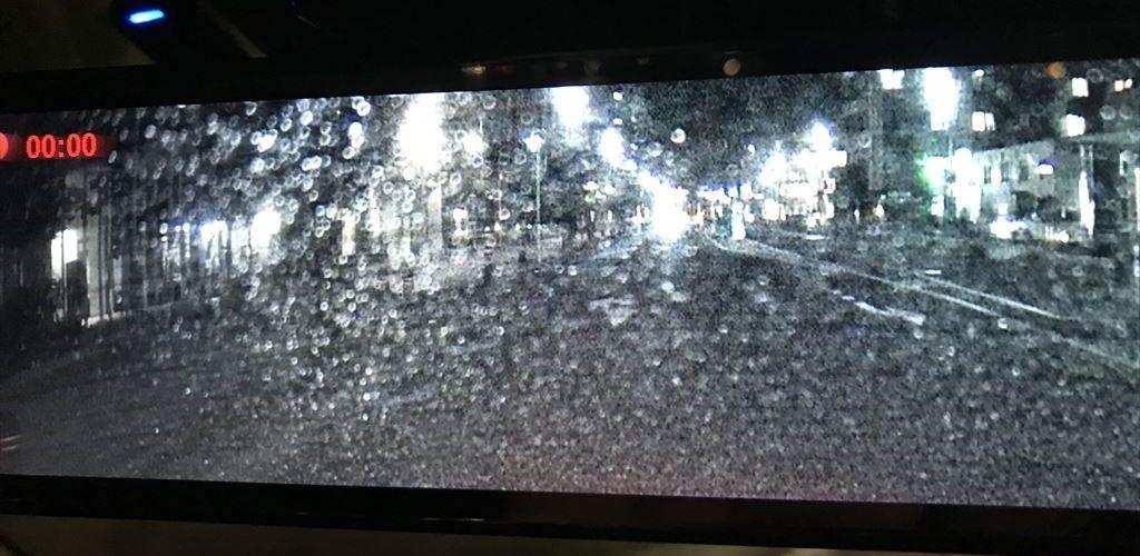 雨で夜のリアカメラ画像