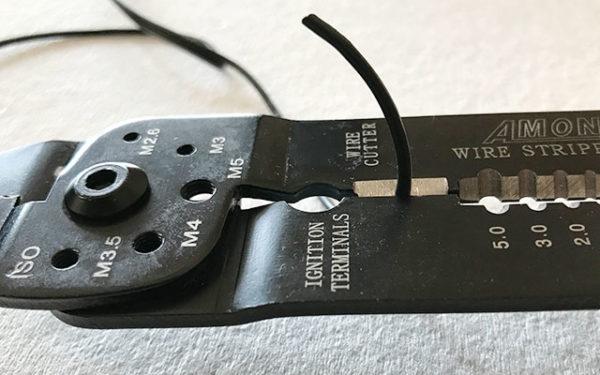 電工ペンチで電源コードをカット