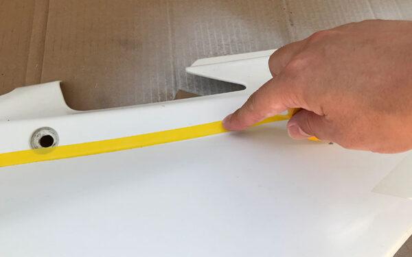 曲線用ラインテープを貼っている画像