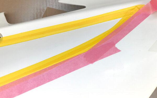 ラインテープの上に車両用マスキングテープを貼る画像